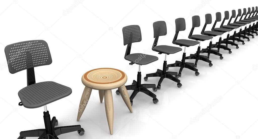 Uno sgabello in legno tra le sedie da ufficio allineati in una riga