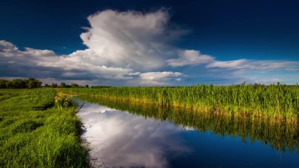 Gewitterwolke über dem Fluss