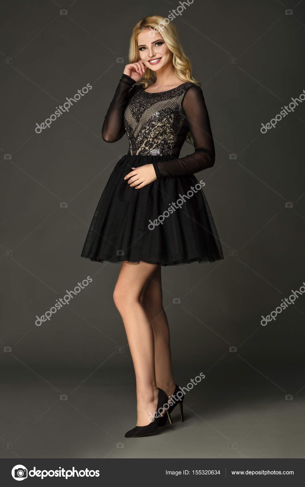 729466acd8a3 Το μοντέλο φοράει μαύρο φόρεμα με τα εκπληκτικά πόδια — Φωτογραφία Αρχείου