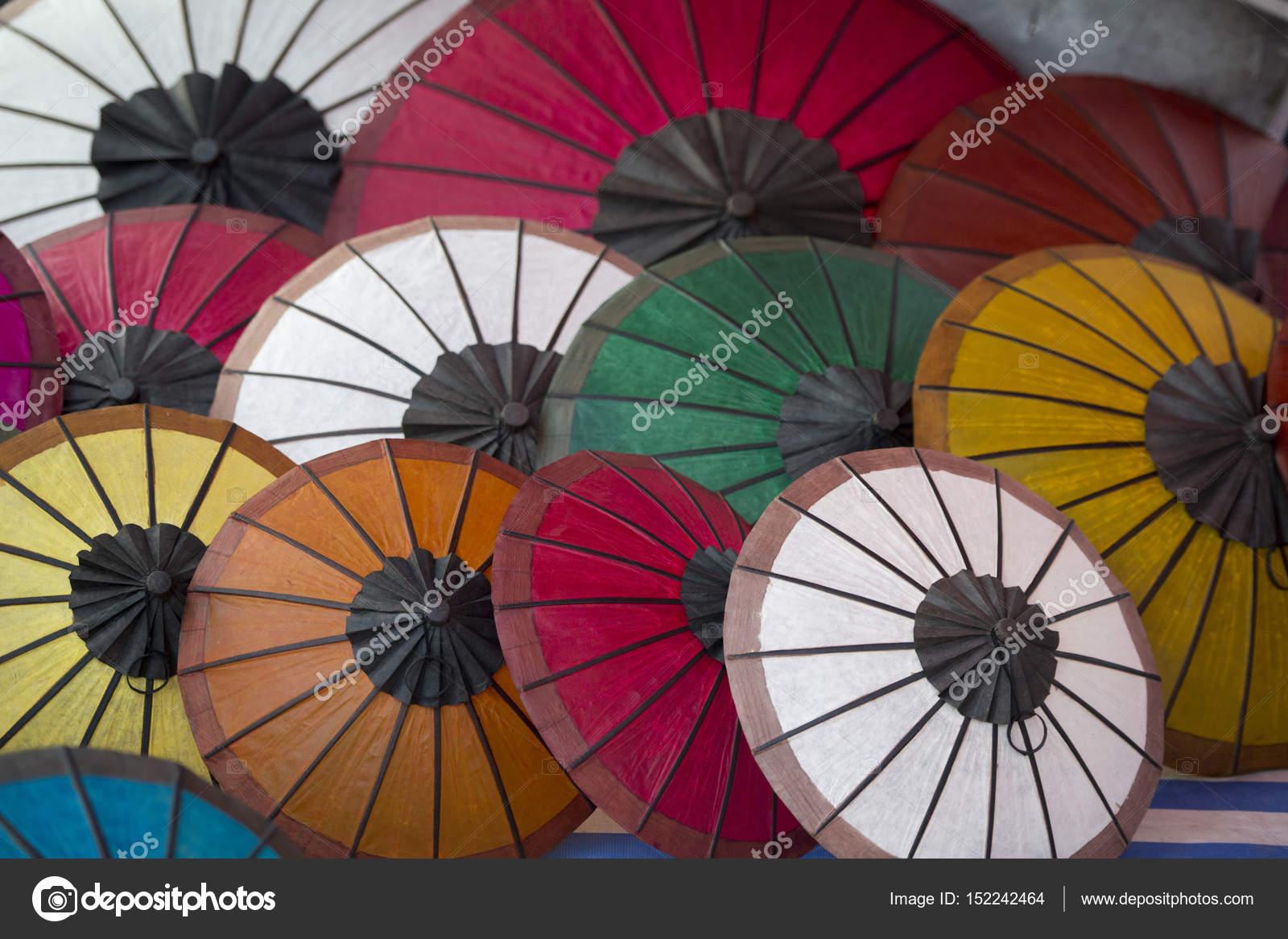 Asiatische Sonnenschirme asiatische sonnenschirme auf dem nachtmarkt stockfoto urf 152242464