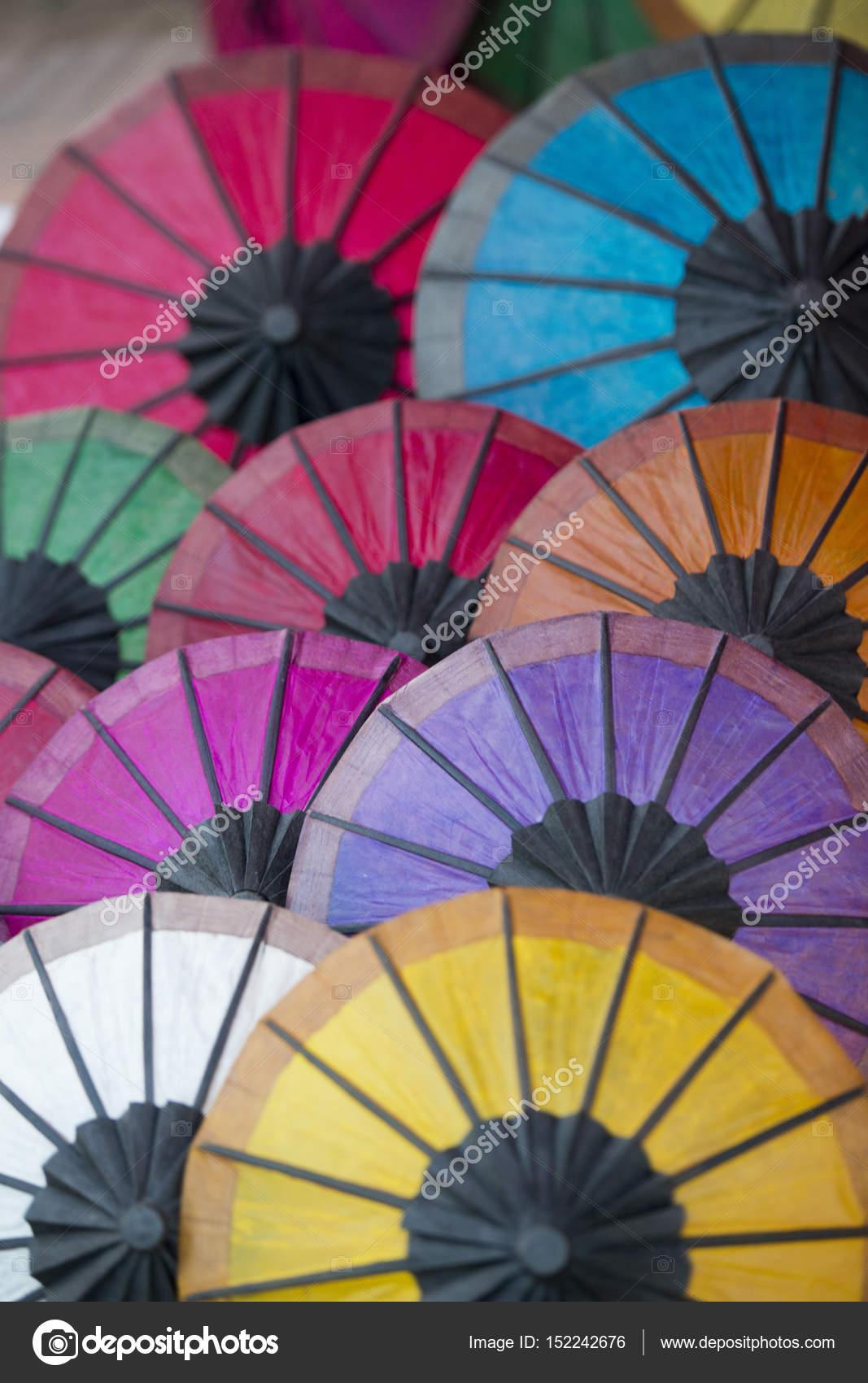 Asiatische Sonnenschirme asiatische sonnenschirme auf dem nachtmarkt stockfoto urf 152242676