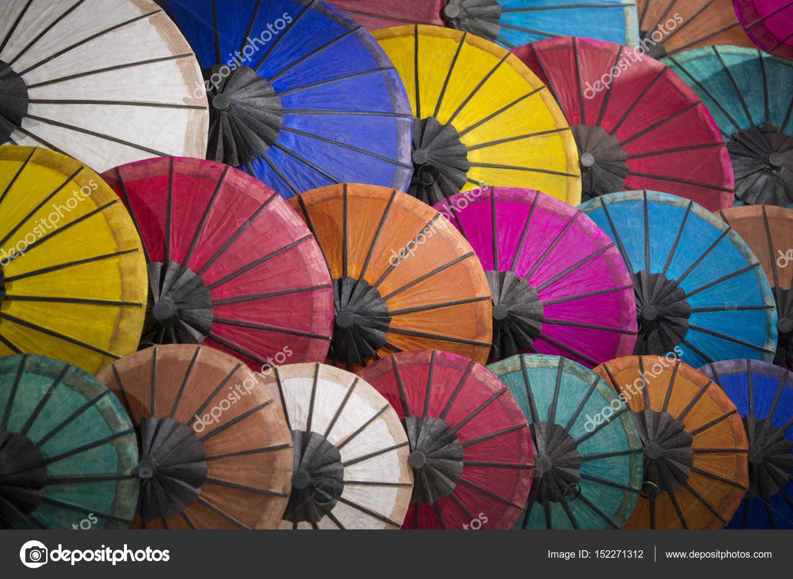 Asiatische Sonnenschirme asiatische sonnenschirme auf dem nachtmarkt stockfoto urf 152271312