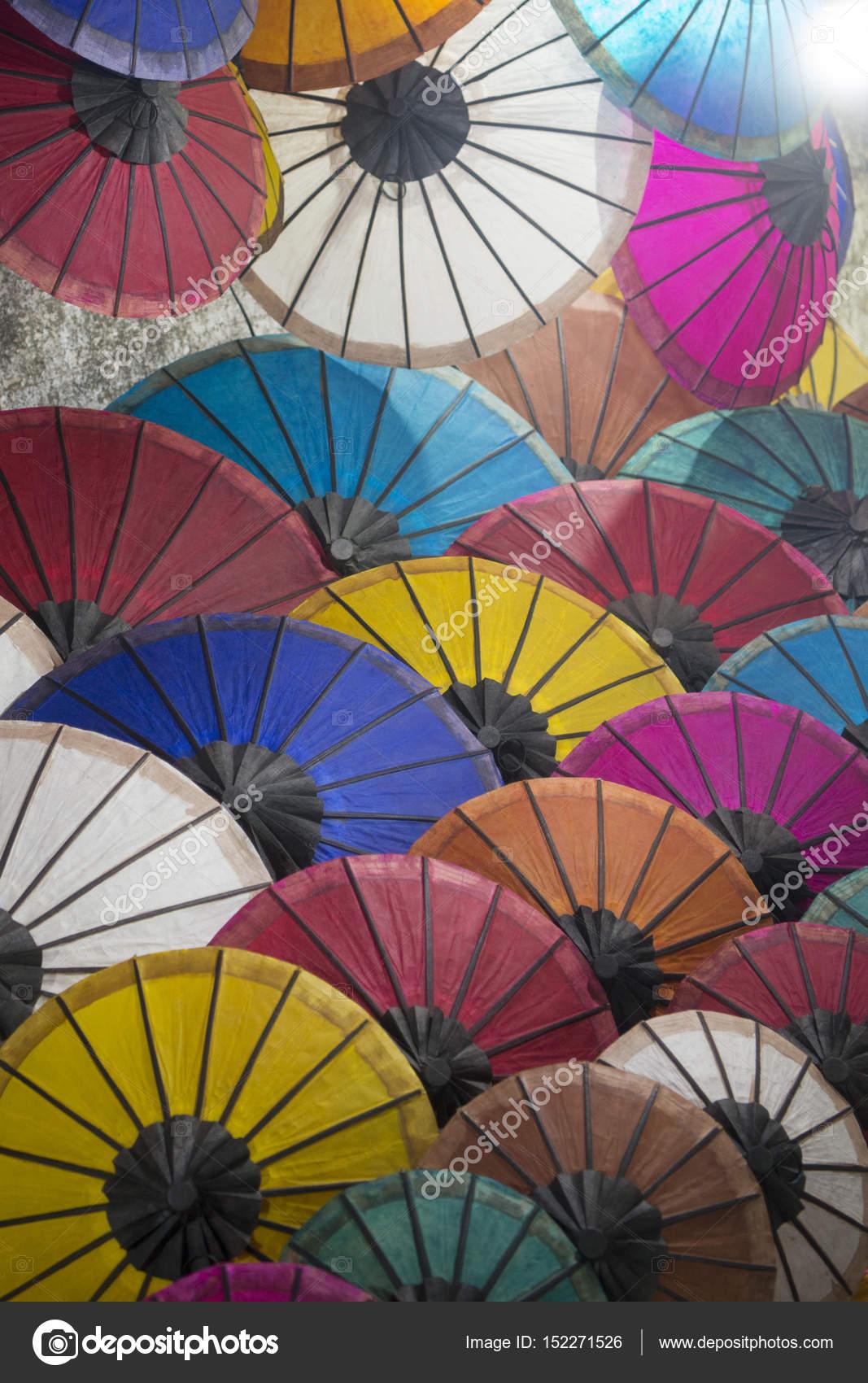 Asiatische Sonnenschirme asiatische sonnenschirme auf dem nachtmarkt stockfoto urf 152271526