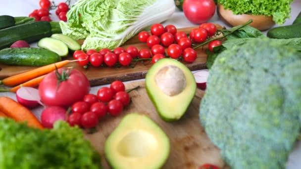 Čerstvá organická zelenina: brokolice, rajčata, avokádo, okurka. Zdravé potraviny.