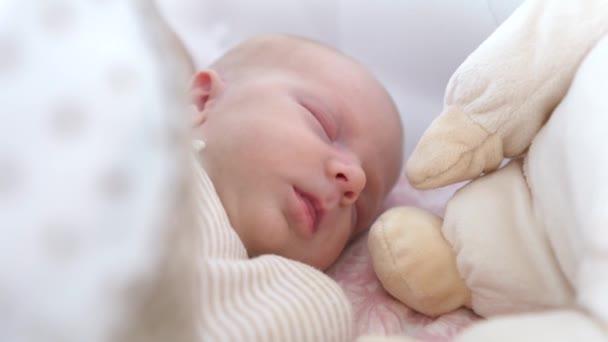 roztomilý novorozené dítě spát v posteli