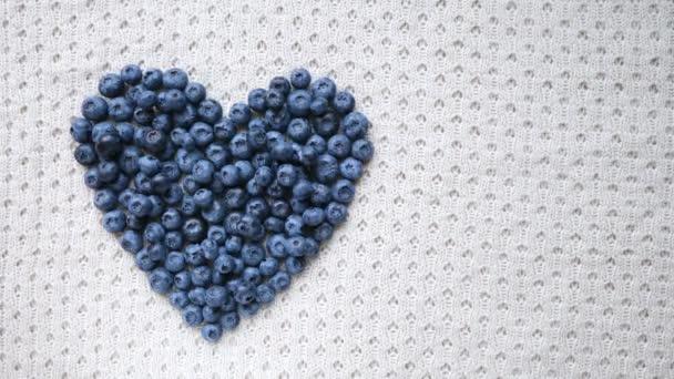 Áfonyás szív alakú szimbólum koncepció az egészséges táplálkozás és életmód