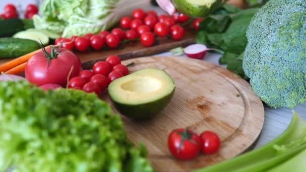Organikus zöldségek és avokádó. Közelkép.