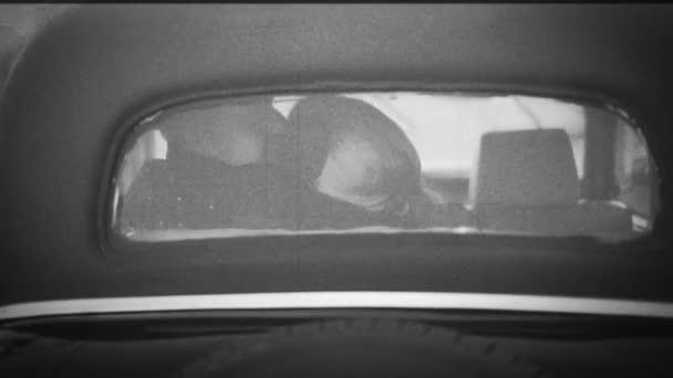 Szerelmes pár a Vintage autóban - Retro Color Effect Style