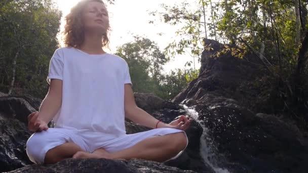 Yoga-Frau in Meditationspose im tropischen Wald