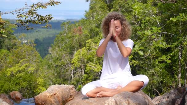 Yogi-Frau meditiert in Berg im Wald