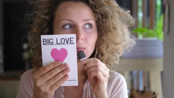 Boldog nő szerelmes gazdaság Valentin kártya szívvel