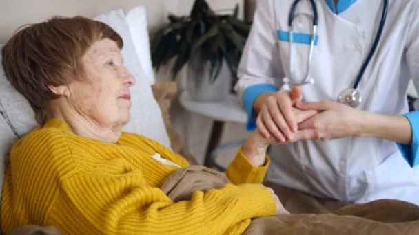 Orvoslátogatások, idősgondozási és segítségnyújtási koncepció. Végzős nő doktorral.