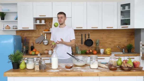 Fiatal Vidám Férfi Zsonglőrködés Almák Míg Főzés Konyhában.