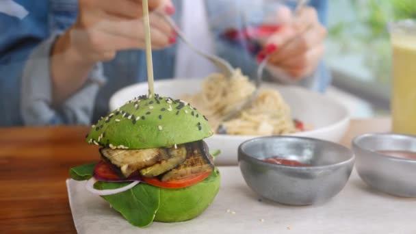 Nő eszik avokádó Vega Burger tojásgyümölcs Zöldség és tészta