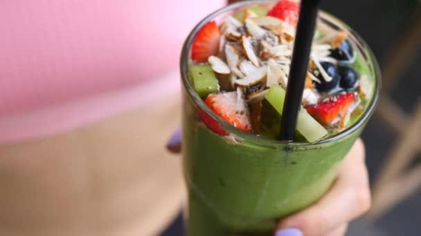 Fitness ženské ruce drží zelený Vegan Smoothie. Zdraví, zdravá strava, koncepce sportu