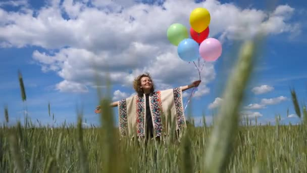 Motivációs inspirációs videó boldog nő terepen tartja léggömbök.