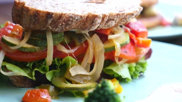 Egészséges vegán szendvics zöldséggel. Közelkép.
