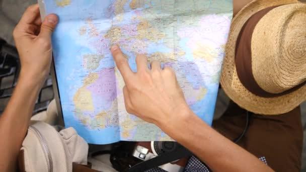 Plánování výletu člověka cestovatele na mapě