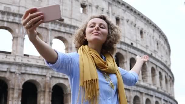 Utazó nő fotózás Selfie Colosseum Rómában segítségével Smartphone.