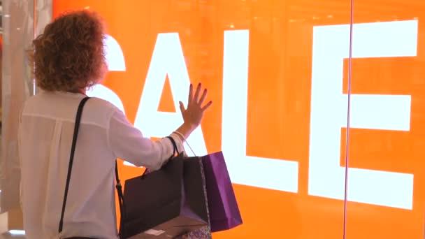Spotřebitelé, Lidé, Nákupní koncepce - Žena s nákupními taškami na prodej