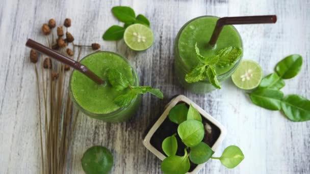 Egészséges zöld spenót Smoothie fából készült asztalon