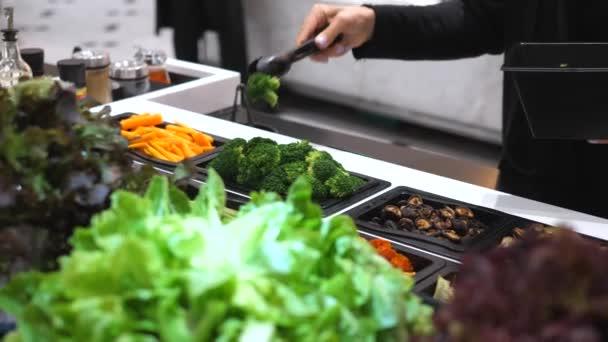 Organikus salátabár friss brokkolival és egyéb zöldségekkel