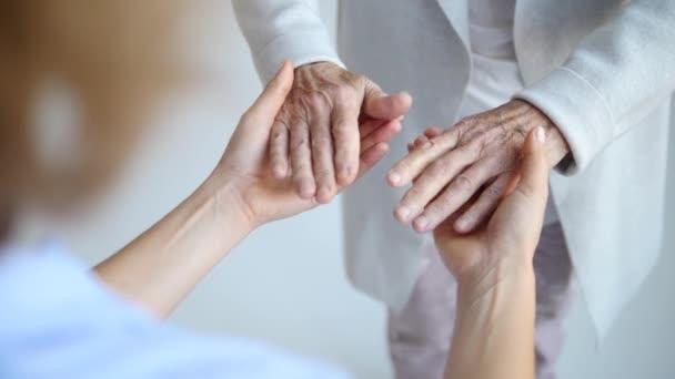 Hände der unkenntlichen Großmutter und ihrer Enkelin