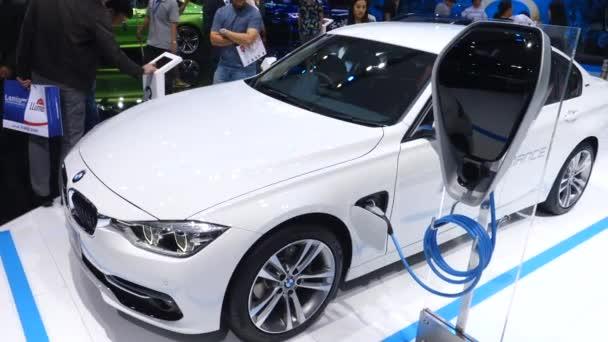 Bmw Plug-In Hybrid na autosalonu. Nabíjení elektrických vozidel.