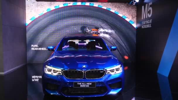 Prezentace vozu Bmw M5 na mezinárodní autosalonu.