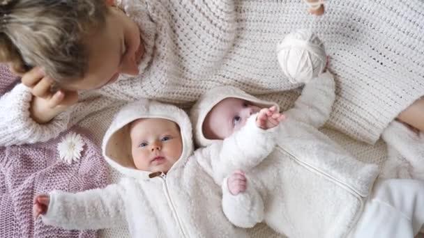 Matka v pletený svetr hrát s ní dvojče děti