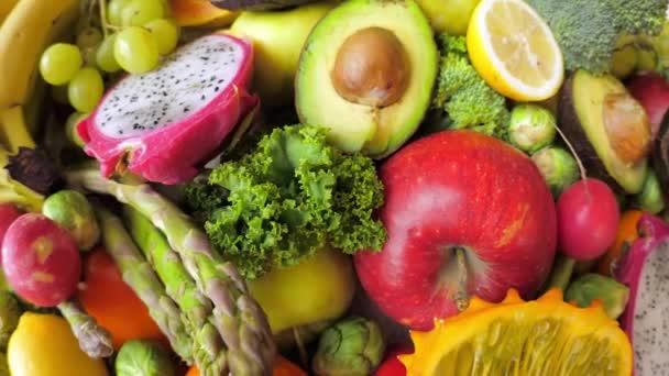 Čerstvá zelená organická zelenina a ovoce. Vegan Food Concept.