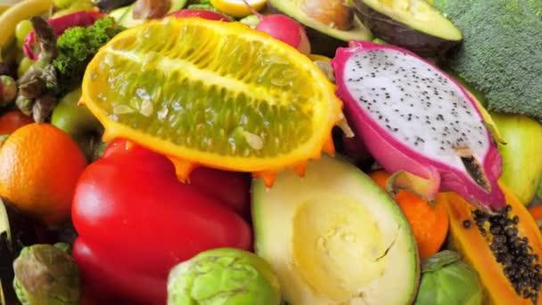 Színes, fényes zöldség és gyümölcs. Közelkép.
