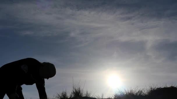 Silhouette eines Mannes gefunden Brust mit Lobby-Dolly erschossen