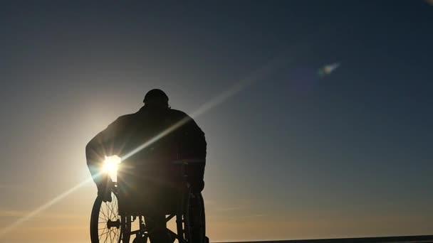 postižený člověk invalidní vozík zpomalené silueta