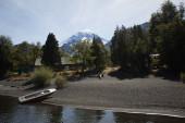 Loď na jezeře s horami za zády