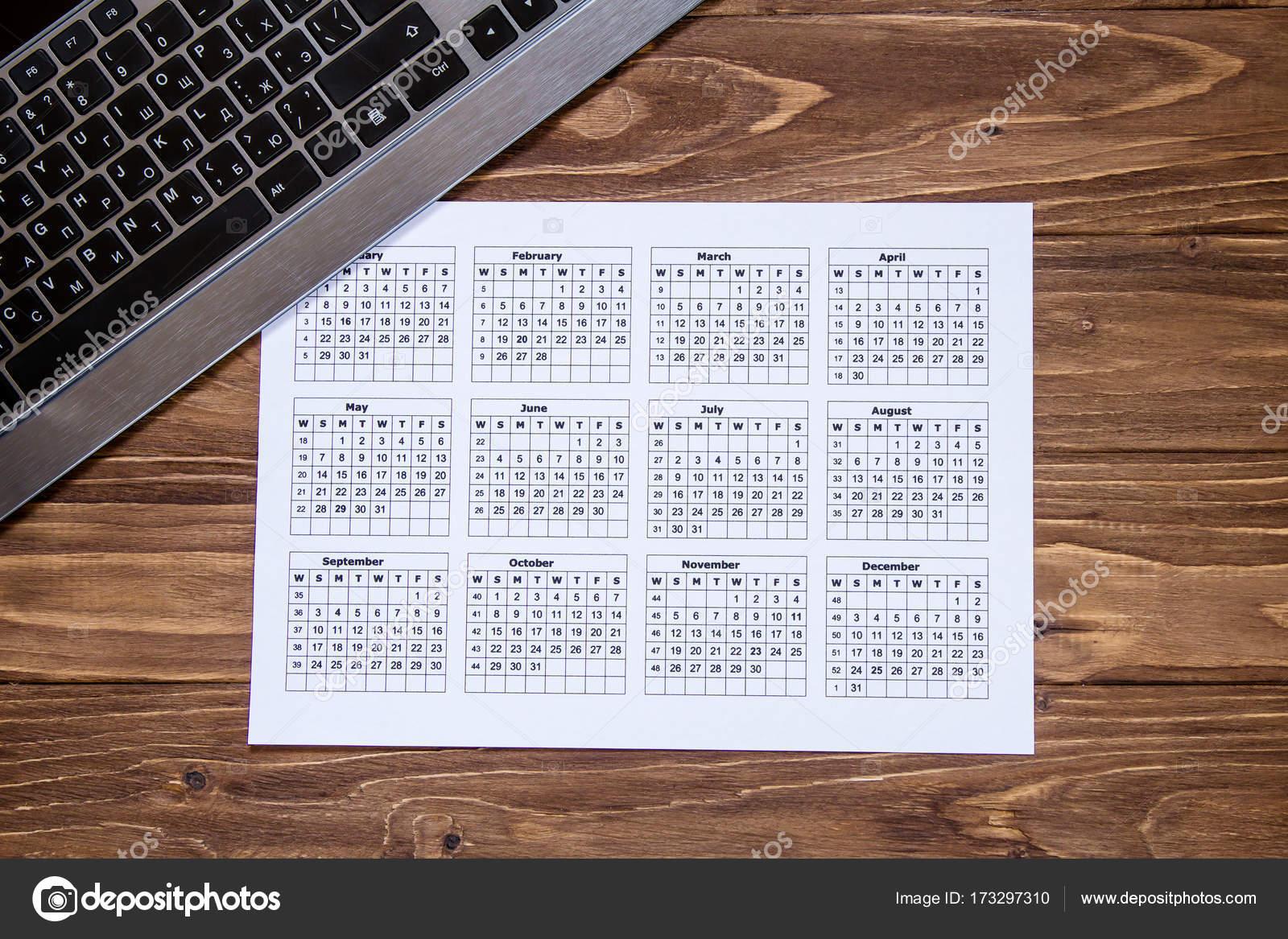 Kalender Und Tastatur Auf Dem Holzernen Desktop Nettes Hintergrund