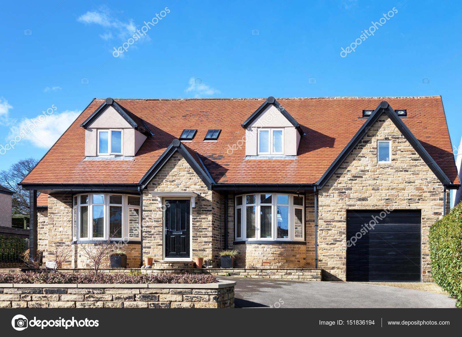 Schone Englische Bungalow Mit Rotem Dach Redaktionelles Stockfoto