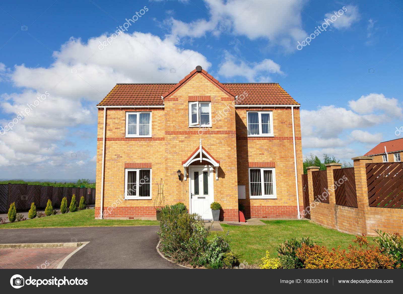 Mooi huis en voortuin u stockfoto ewelinas