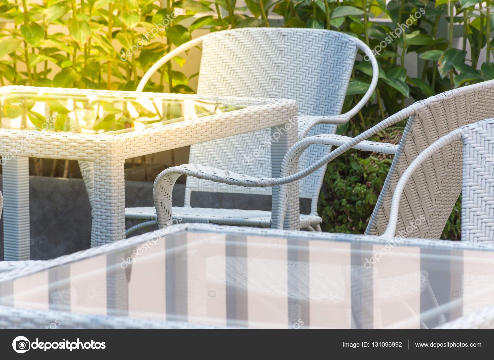 Mesa silla y vidrio de muebles blanco fotos de stock for Stock de muebles