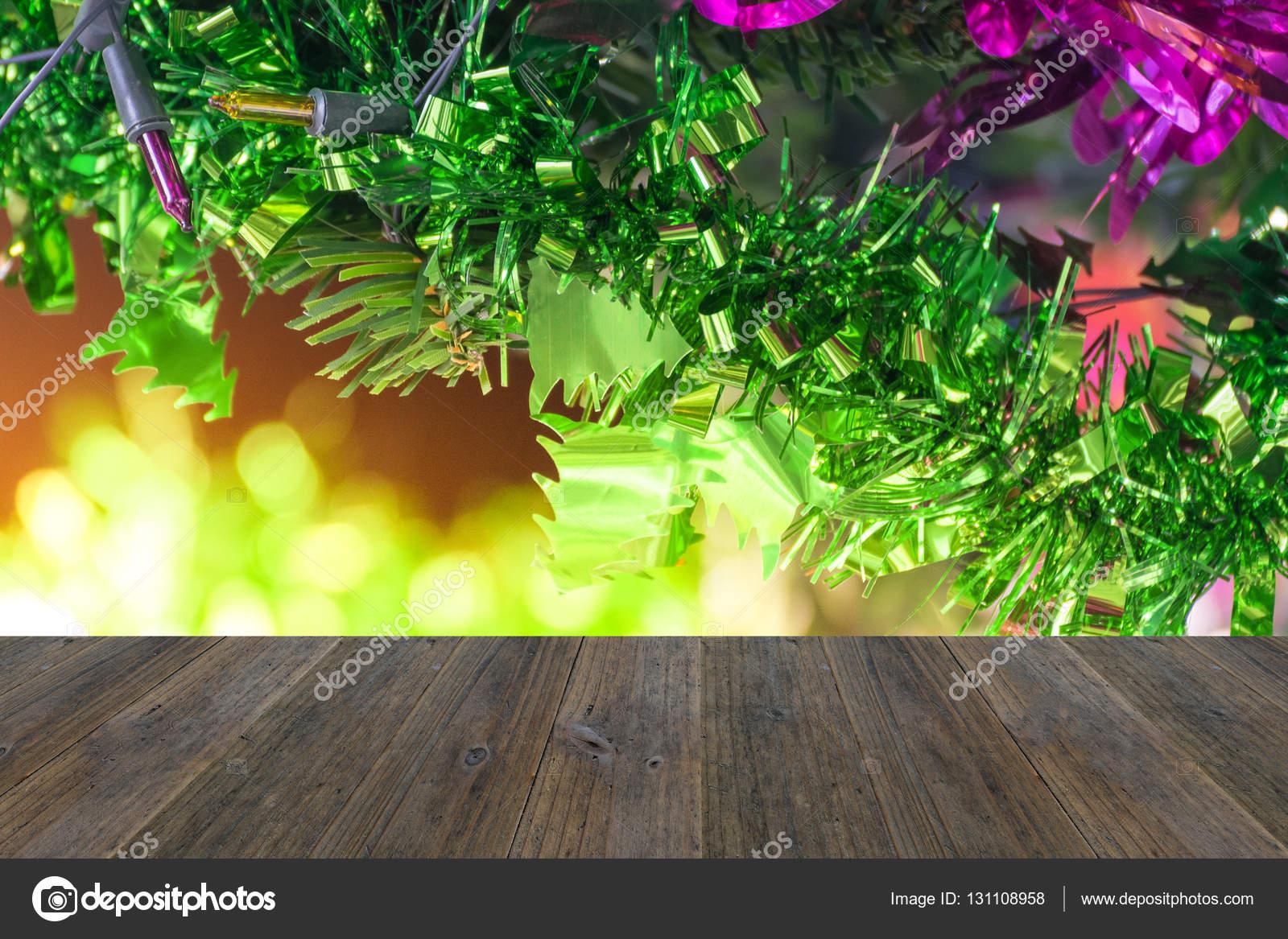 Kerstboom decoratie met houten terras u stockfoto pongmoji