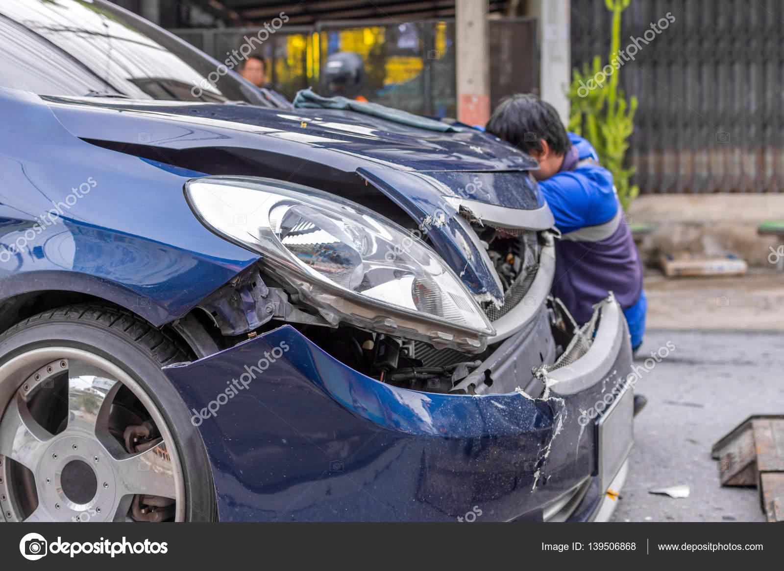 Autounfall von Autounfall auf der Straße — Stockfoto © PongMoji ...