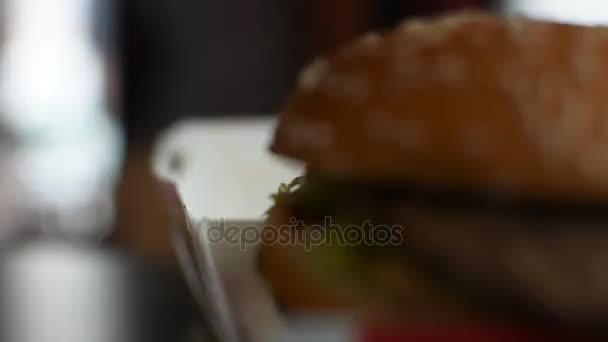 Hamburger v dokumentu white paper box v rychlé občerstvení