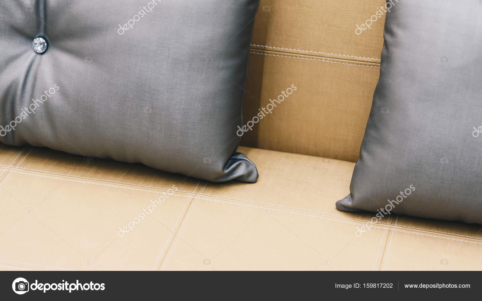 Couleur Du0027oreiller Gris Sur Une Lit Couleur Brun Ou Beige En Décoration De  Chambre à Coucher Des Tons De Terre U2014 Image De ...