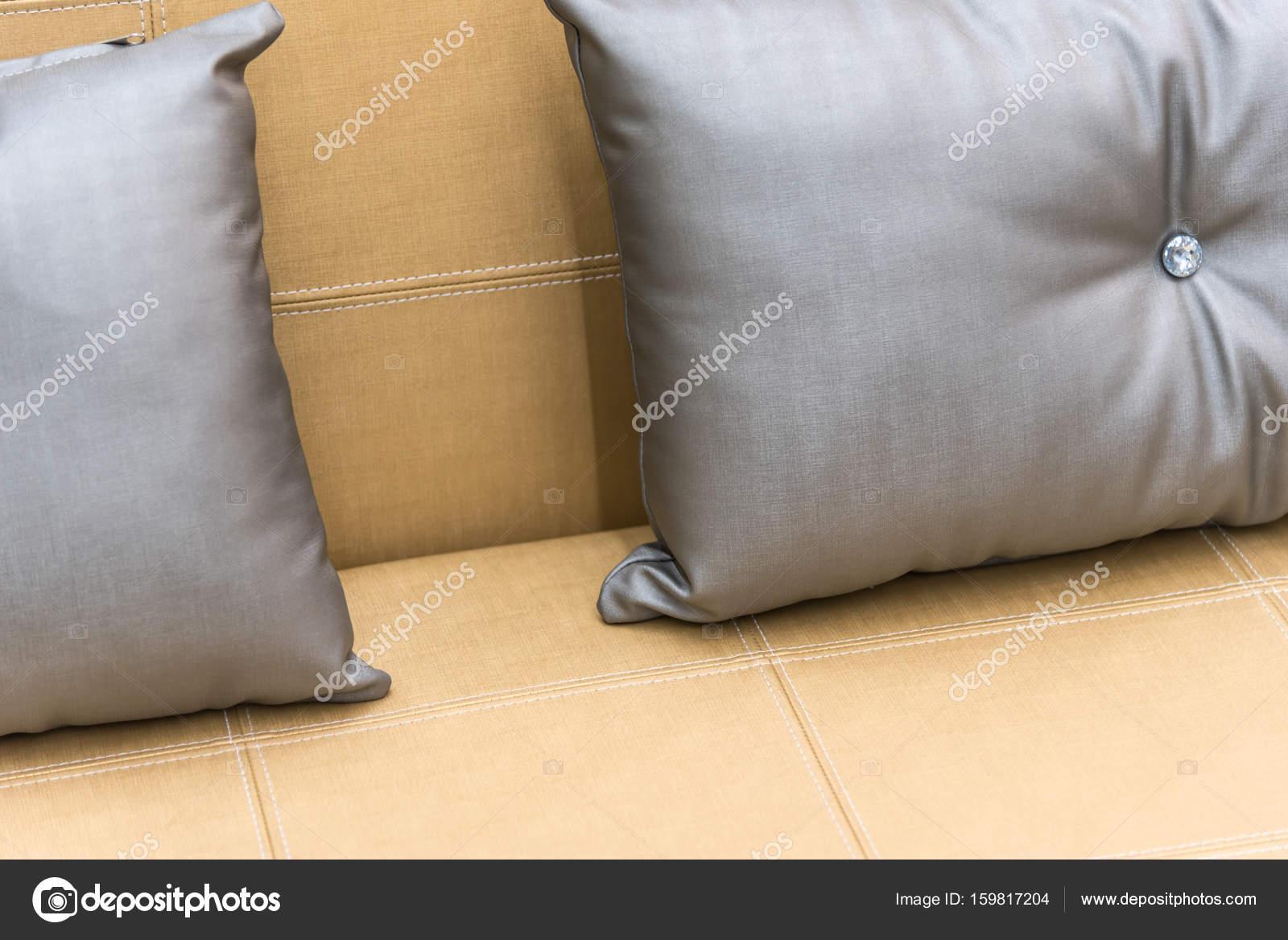 Kissen grau Farbe auf Bett braun oder Beige im Schlafzimmer ...