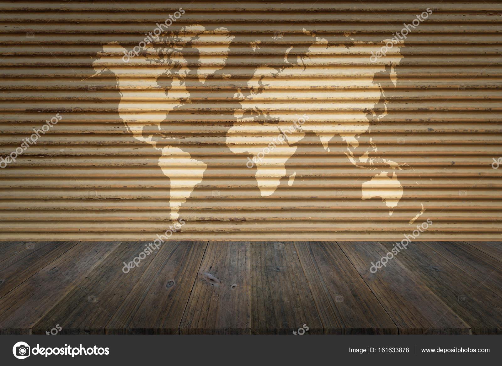 Metall Rost Wand Textur Mit Holz Terrasse Mit Weltkarte Stockfoto