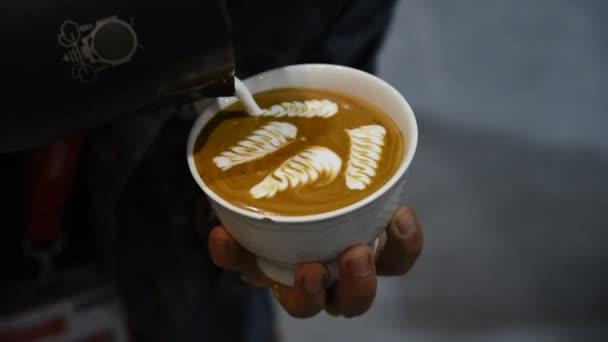 Barista szakadó latte bevezetésekor, hogy a kávé a latte art
