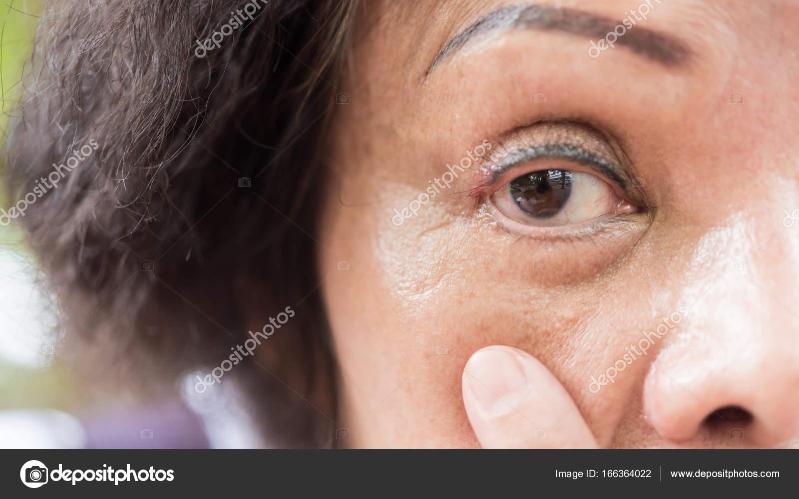 Azjatyckie Kobiety Starszy Pokaż Jej Oczy I Tatuaż Brwi Zdjęcie