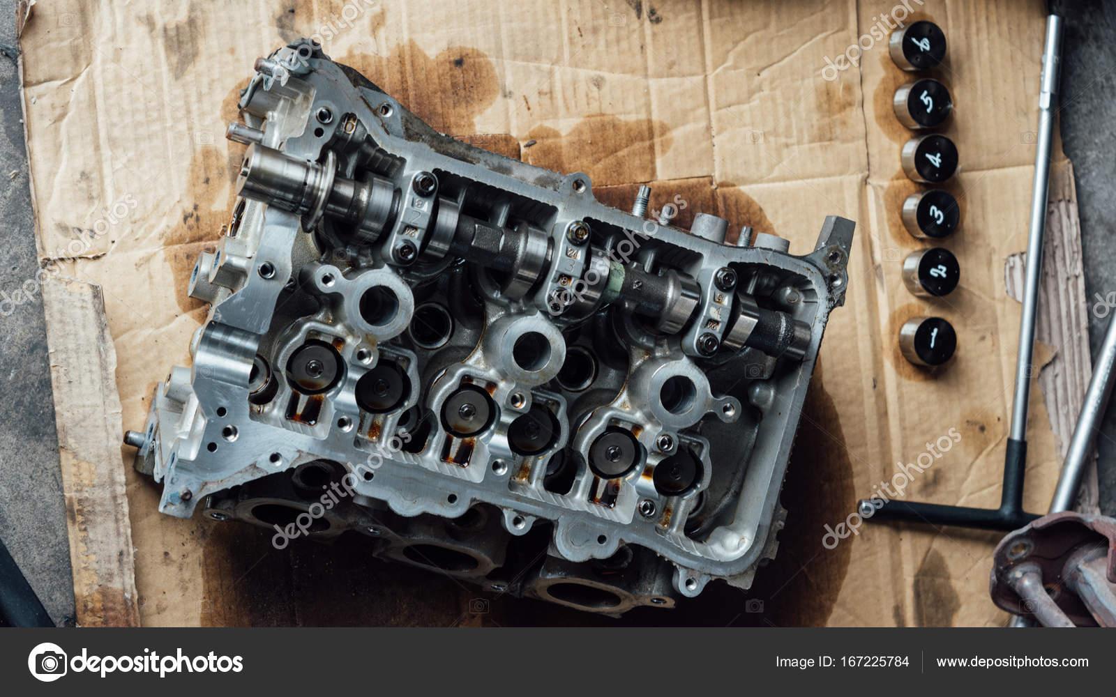 Schmutzige Motorzylinder zerlegte Auto in der garage — Stockfoto ...