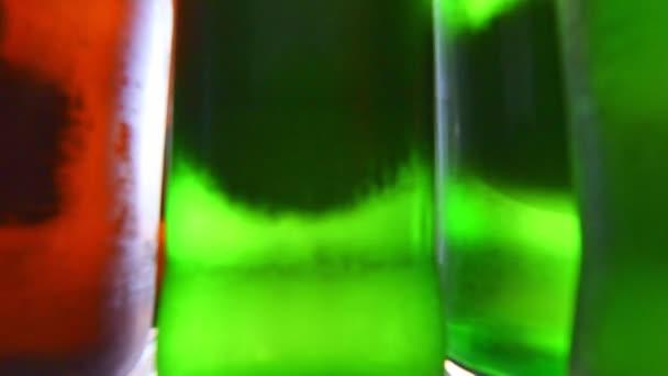 Ázsiai nő nyitott hűtő és figyelembe sörösüveg a hűtőből