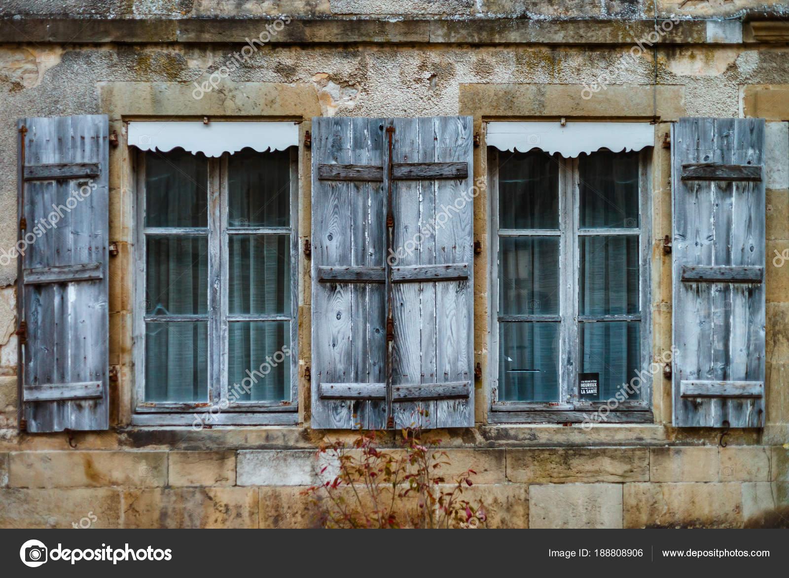Viejas ventanas de madera con persianas en ciudad antigua freench ...